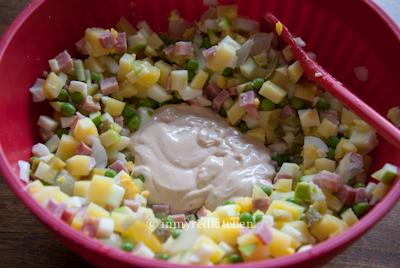 Huzarensalade bowl sauce