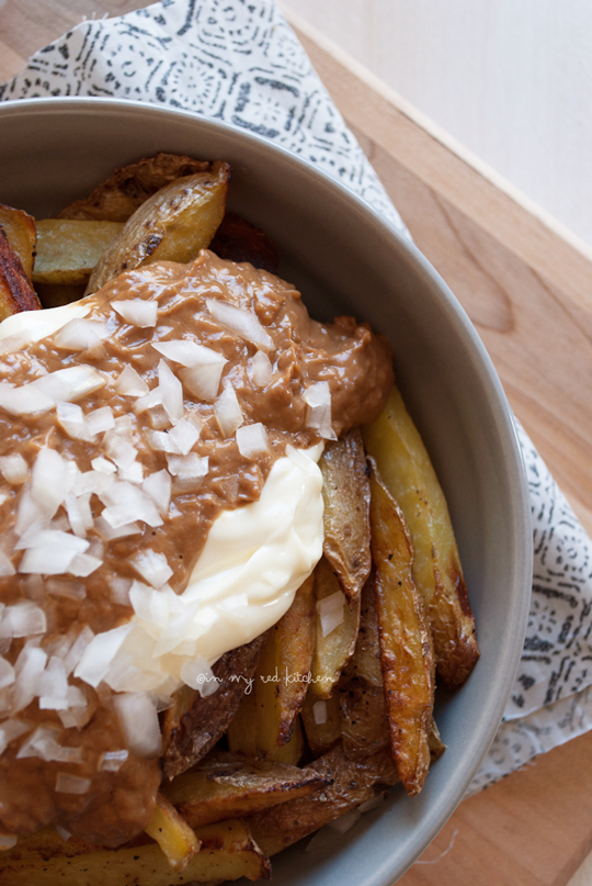 Oven baked fries with peanut sauce and mayonaise. This Dutch 'patatje oorlog' is the best! | in my Red Kitchen